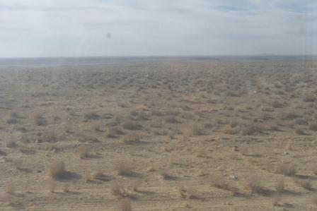 Blick aus dem Zugfenster auf die Kysylkum-Wüste