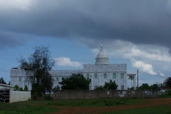 Parlamentsgebäude in Chukwani (da wohne ich)