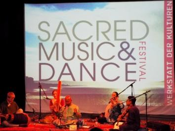 Auftritt von Manickam Yogeswaran (Hinduistische Bhajans) beim Sacred Music and Dance Festival in der Werkstatt der Kulturen