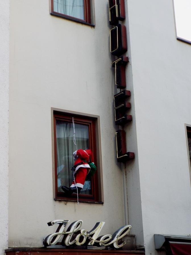 Der Weihnachtsmann hat keinen Bock mehr und seilt sich aus dem Klofenester ab