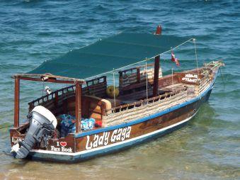 alle Boote haben ihren eigenen Namen - auch an Lamu geht die Globalisierung nicht vorbei ;-)