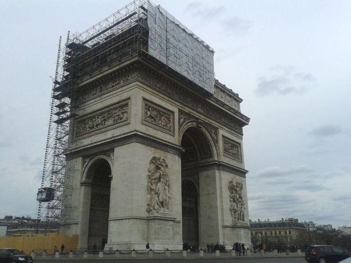 """Der Arc de Triomph wird wohl für die """"Centennaire""""-Feierlichkeiten (100. Jahrestag des Ausbruchs des 1. Weltkriegs) herausgeputzt?"""