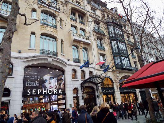 Shoppingwahn auf dem Champs Elysée