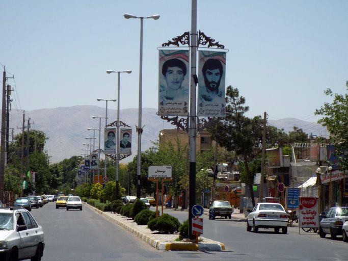 Straße mit Märtyrerporträts aus dem Iran-Irak-Krieg