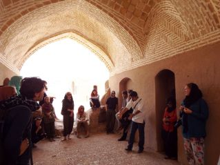 Erläuterungen durch unseren zoroastrischen Tourguide