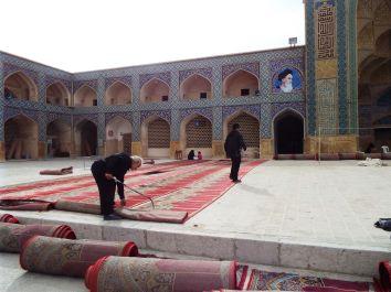 der rote Teppich wird für's Freitagsgebet ausgerollt