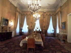 französisches Mobiliar und böhmische Kristallleuchter im Weißen Shahpalast