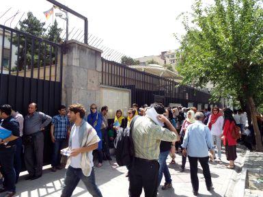 Schlange an der deutschen Botschaft
