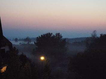 Abendnebel beim Blick aus dem Fenster