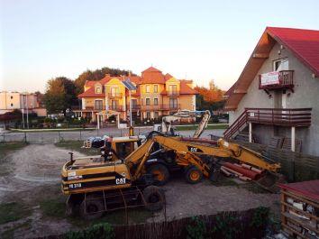 Baustelle mit kulissenartigem russischem Ferienhausschloss im Hintergrund