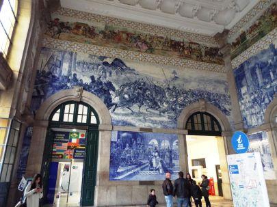 in der Bahnhofsvorhalle mit Azulejos