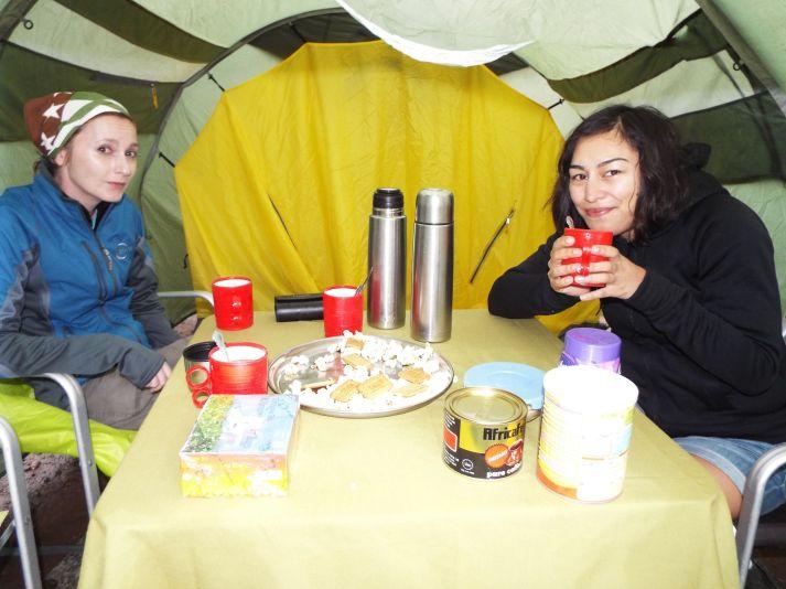 Der erste Snack nach der Ankunft im Camp