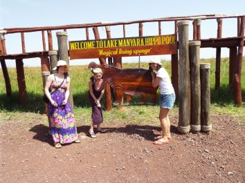 Foto mit drei Wazungu