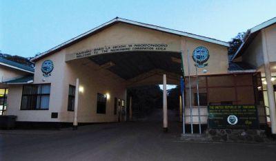 Das Eingangstor zum Ngorongoro-Nationalpark im Morgengrauen