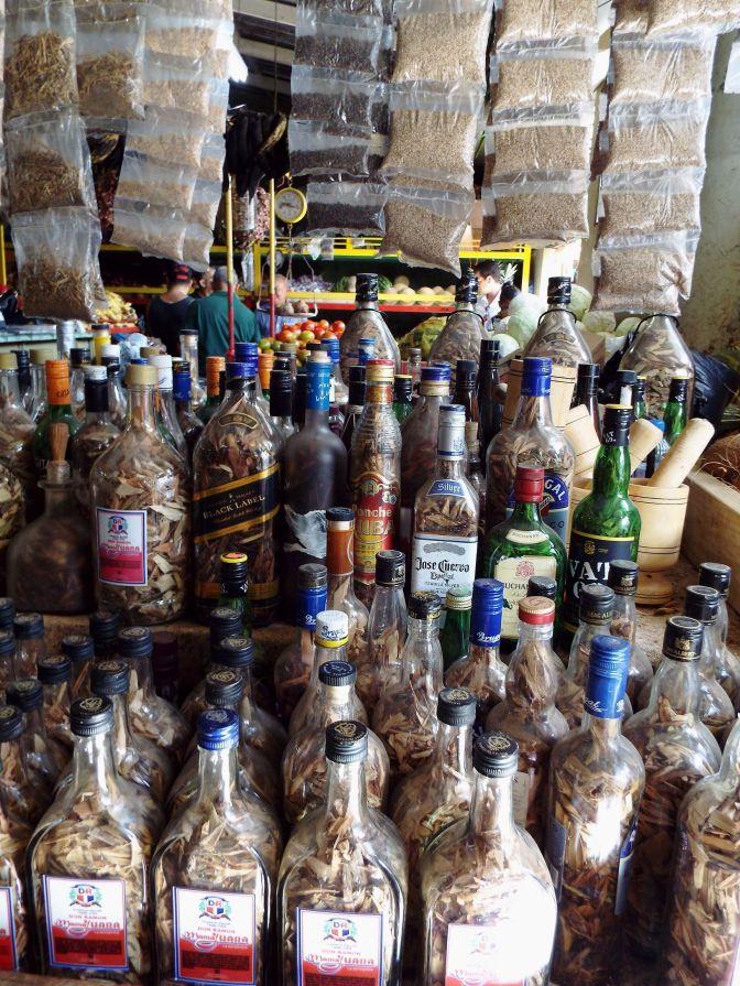 Mamajuana - Holzstückchen in Rumflaschen, die mit Rum und Honig aufgegossen werden müssen