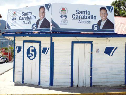 Zum Wahlkampf werden sogar ganze Häuser in den Parteifarben angemalt