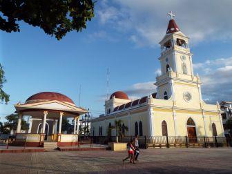 Kirche & Parque Central von Salcedo