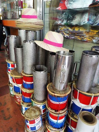 Trommel, Hut und Güira (Art Küchenreibe, die das Erzeugen des Merengue-Rhythmus verwendet wird)