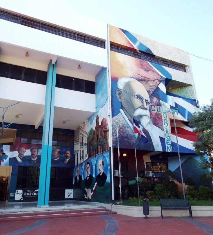 Im Stadtzentrum Banís: Wandmalereien zum Wirken Maximo Gomez'
