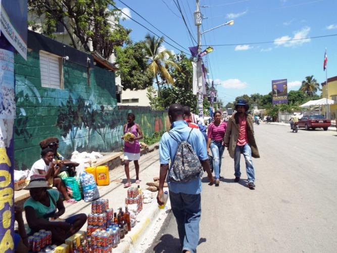 """Hier gibt's stapelweise """"Prestige"""", haitianisches Bier!"""
