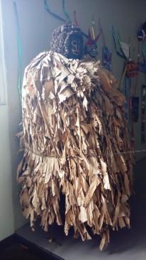 Kostüm aus getrockneten Bananenblättern