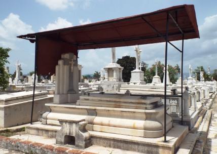 Auch das Grab braucht Sonnenschutz