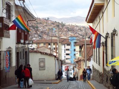 Inka-Flagge links & Peru-Flagge rechts