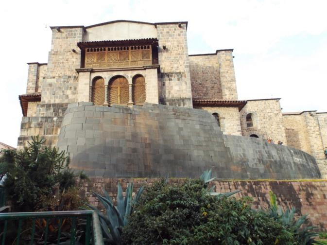Inka-Tempelmauern und Dominikaner-Kirche darauf
