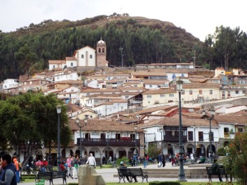 Plaza de Armas, dahinter Aussichtspunkt von Sacsaywamán