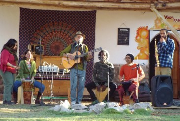 Hippie-Gruppe auf dem Markt für biologische und regionale Produkte