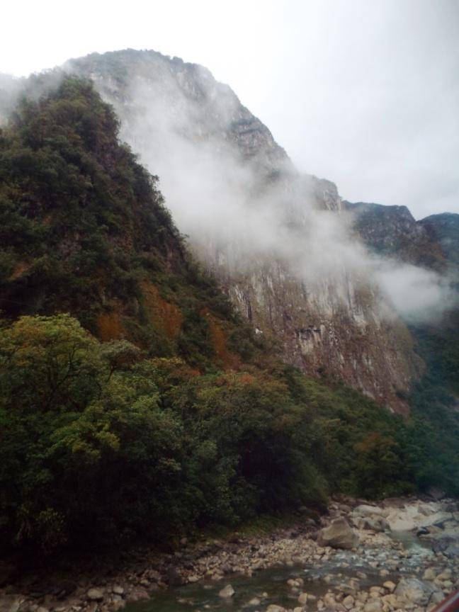 Morgennebel auf der Busfahrt von Aguas Calientes zum Machu Picchu