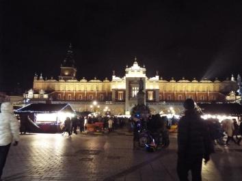 Tuchhallen mit Weihnachtsmarkt