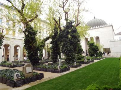 Gräber im Innenhof der Großen Synagoge