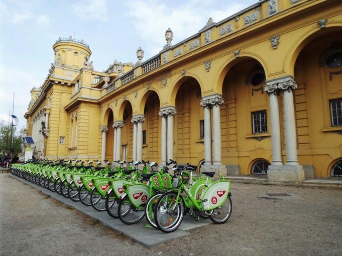 Leihfahrräder vor dem Széchenyi-Bad
