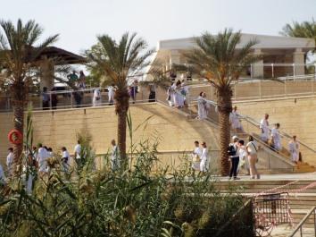 Pilger auf der Uferseite des Westjordanlandes