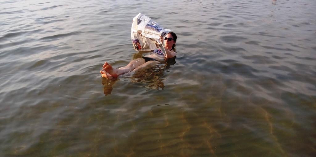 Der Klassiker - Zeitunglesen im Toten Meer